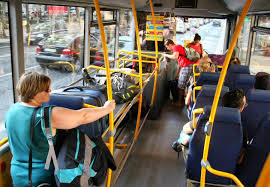 chica en bus